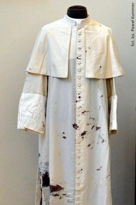 Batina usada por São João Paulo II no atentado: relíquia de 2º grau