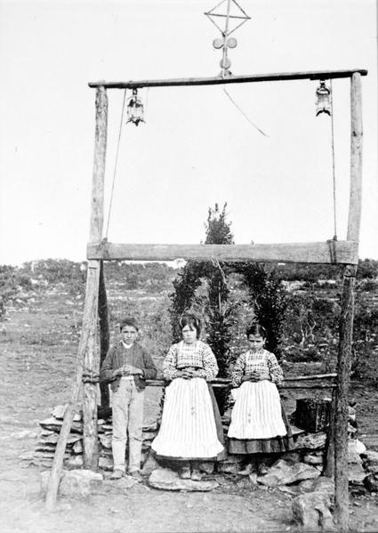 Francisco, Lúcia e Jacinta diante da árvore sobre a qual apareceu Nossa Senhora